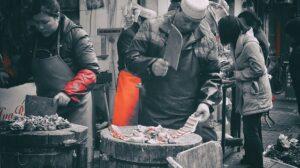 上海の市場で肉を捌いている様子
