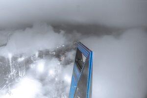 雲に隠れた栓抜きビル