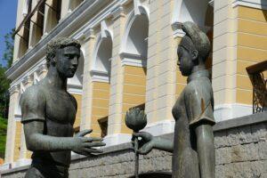 ポルトガル人の男性がマカオの女性に花を贈っている像