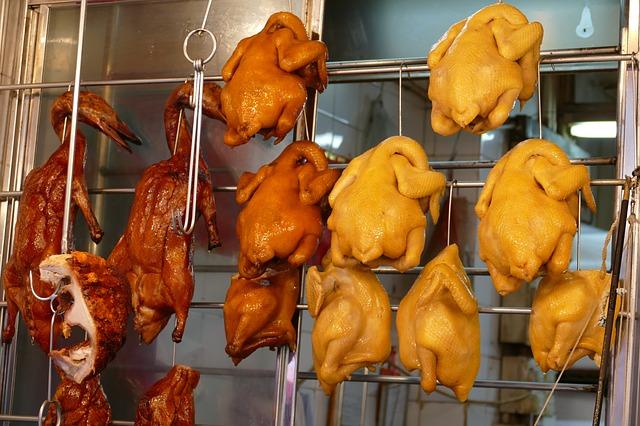 マカオ市内の市場に吊るされた鶏肉