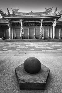 行天宮の丸い石