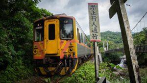 十分瀑布公園横を走る電車