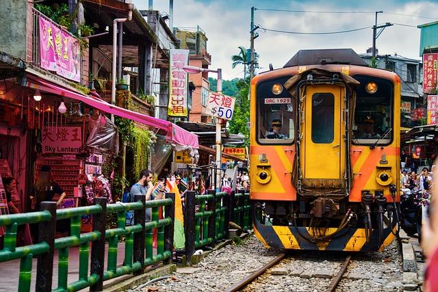 十分市場の真ん中を走る電車