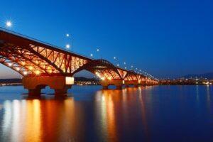漢江市民公園から臨むライトアップされた「城山大橋」