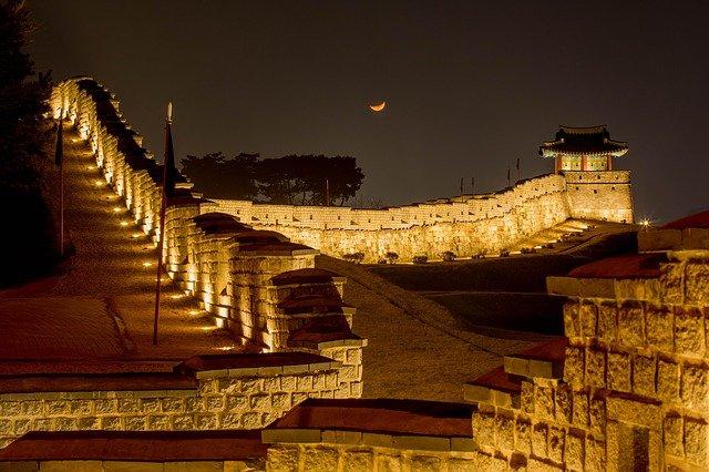 ライトアップされた幻想的な世界文化遺産の「水原華城」