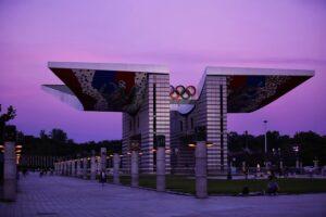 オリンピック公園の入口にある高さ24mを誇る「平和の門」