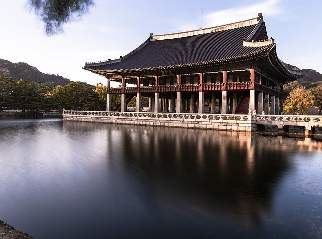 韓国ドラマ「宮廷女官チャングムの誓い」のロケ地となった昌徳宮の池